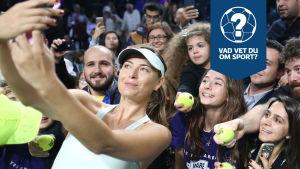 Maria Sjarapova tar en selfie med sina fans.