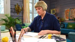 Camilla tecknar