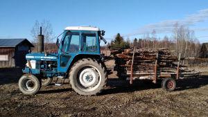 Traktori, jolla viulisti Petteri Iivonen tekee maatöitä Pirkanmaalla.