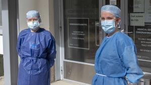 sairaanhoitajia suojavaatteissa korona vastaanotossa ulko olevlla Oulussa