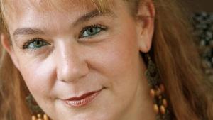 Kuvassa kirjailija Annina Holmberg