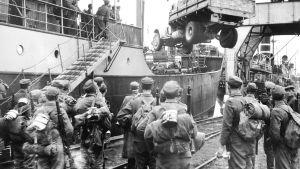 Sotilaat lastautuvat laivaan ennen Tornion valtausta