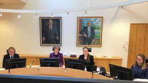 Kittilä-oikeudenkäynnin valmisteleva istunto alkamassa Rovaniemen hovioikeudessa, kuvassa vasemmalta hovioikeudenneuvos Teemu Saukkoriipi, oikeuden puheenjohtaja Auli Vähätörmä, hovioikeudenneuvos Anu Pogreboff ja esittelijä Anniina Kaartometsä.