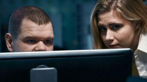 Hakkerit Iiro Uusitalo ja Laura Kankaala katsovat tietokonetta.
