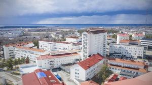 Ilmakuva Pohjois-Karjalan keskussairaalasta ja synkistä pilvistä.