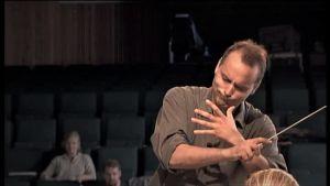 Tuomas Rousi johtaa Sibelius Akatemian orkesteria Porvoossa 2000