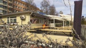 Hämeenlinnan rantakasinon tyhjä terassa koronaviruksen aikaan.