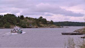 En båt kör i sundet utanför Korpoström.
