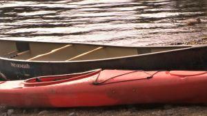 En kajak och en kanot vid älvstranden, Oulankajoki.