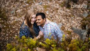Petra Ranta-Rezzakuzzaman ja Anm Rezzakuzzaman halaavat toisiaan ja katsovat kameraan.