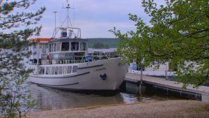 Båten Elbatar förtöjd vid Kelvennes brygga i Päijänne nationalpark.