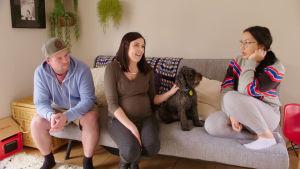 Emel istuu sohvalla isäntäperheensä kanssa keskustelemassa.