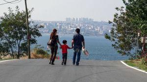 Dokumentti seuraa kuuden vuoden ajan Leilan ja Sahandin perheen yritystä löytää paikkansa maailmassa.
