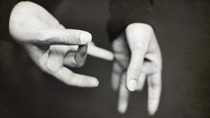 Kuvassa kädet.