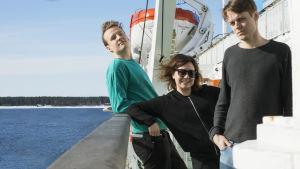 Vasas Flora och Fauna poserar på passagerarfärjas däck.
