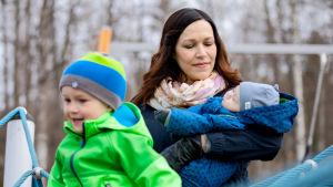 Jenniina Termonen lastensa kanssa leikkipuistossa.