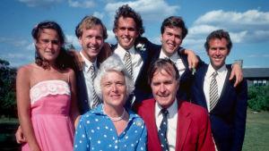 George H. W. ja Barbara Bush lapsineen perhepotretissa. Takaoikealla tuleva presidentti George W. Bush.