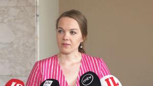Katri Kulmuni håller presskonferens och berättar att hon avgår som finansminister.