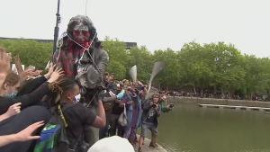Slavhandlarstaty slängs i floden i Bristol 7.6.2020