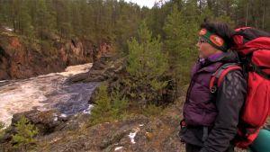 Minna Koramo vandrar längs karhunkierros i Oulanka nationalpark.