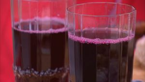 Kråkbärssaft i glas.