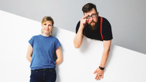 Kuvassa Yle Puheen kesäaamun juontajat Laura Airaksinen ja Matti Airaksinen.