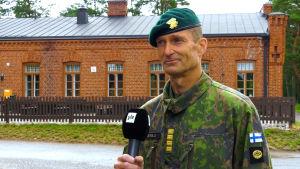 Brigadkommendören Arvi Tavaila vid Nylands brigad