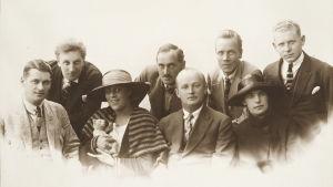 Ernst Linko ja Sevillan parturin kesäkiertueen oopperaseurue 1921.