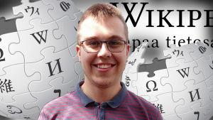 Tuomas Ahola katsoo kameraan ja taustalla Wikipedian logo