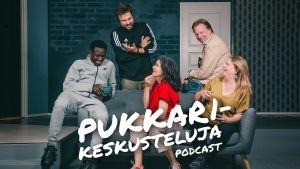 Viisi ihmistä sohvan äärellä, nauravat. Pukkarikeskusteluja-podcastin sarjakuva.