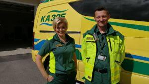 Mari Väisänen ja Marko Hoikka poseeraa ambulanssin edessä.