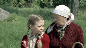 Isoäiti (Alli Häjänen) ja Eeva (Misa Palander) elokuvassa Kahdeksan peiliä