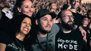 Depeche Mode -faneja katsomossa. Kuva dokumenttielokuvasta Spirits in the Forest.