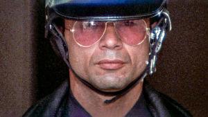 Moottoripyöräkypärään ja aurinkolaseihin pukeutunut Robert Blake elokuvassa Moottoripyöräcowboy