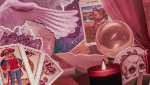 Ett kollage av tarotkort, ljus och änglavingar.