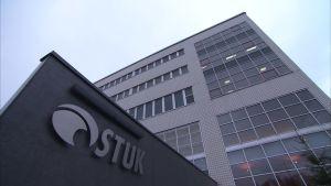 Strålsäkerhetscentralens gråa byggnad i Helsingfors.