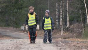 Kohti koulua: lapset koulumatkalla