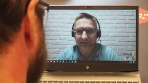 Redaktör Linus Lång intervjuar den ukrainske cybersäkerhetsexperten Bob Diachenko per videosamtal.
