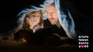 Isä ja poika lukevat kirjaa peiton alla taskulampun valossa