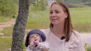 Jonna Jantunen sitter med sonen Leo i famnen