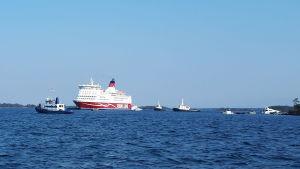 M/S Amorella flyttas utanför Järsön 23 september 2020.