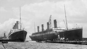 Systerfartygen Olympic och Titanic vid kajen.