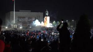 Tusentals arga demonstranter protesterade mot vad såg som ett fuskval och stormade regeringshögkvarteret i huvudstaden Bisjkek.