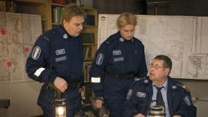 Aimo Peltoniemi (Vesa Kietäväinen), Rauni Väänänen (Ria Kataja) ja Kauko Junni (Kari Väänänen) sarjassa Taivaan tulet