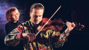 Säveltäjä Kaija Saariaho ja viulisti John Strogårds vuonna 1997.