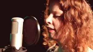 sångaren Mariah Hortans vid en mikrofon