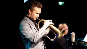 musikern Rickard Slotte spelar flygelhorn