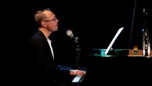 musikern Mikael Svarvar vid flygeln