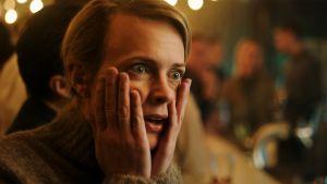 Clara (Josephine Bornebusch) pitää kämmeniä kasvoillaan, joilla on hämmentynyt ilme.