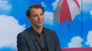 Kirjailija Juha Itkonen Puoli seitsemän -ohjelman vieraana.